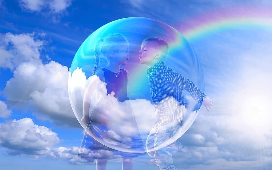 Bárányfelhős ég szivárvánnyal, átlátszó buborékban lévő kislánnyal, kisfiúval