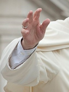 Ferenc pápa üdvözlésre emelt keze